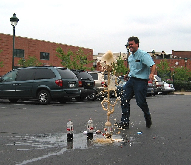 diet coca cola mentos spraying